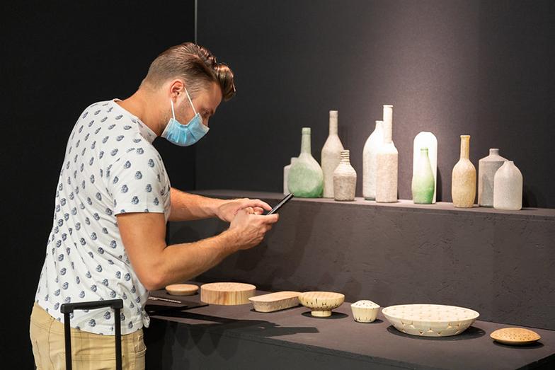 Tsukasa Gotoの作品を熱心に撮影する来場者。「Makers Show」というアーティストや職人たちを中心にしたカテゴリーへ出展(画像提供/Diego Ravier by Salone del Mobile.Milano)