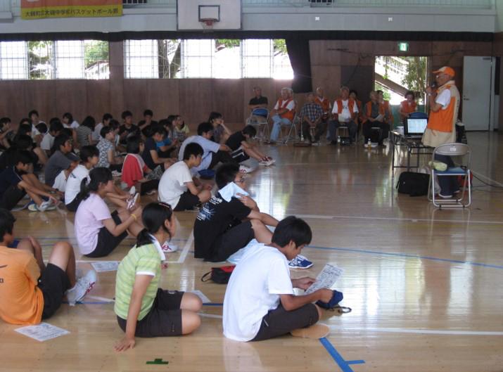 大磯中学校3年生の前で防災講演する伊藤さん(写真提供/伊藤勇さん)