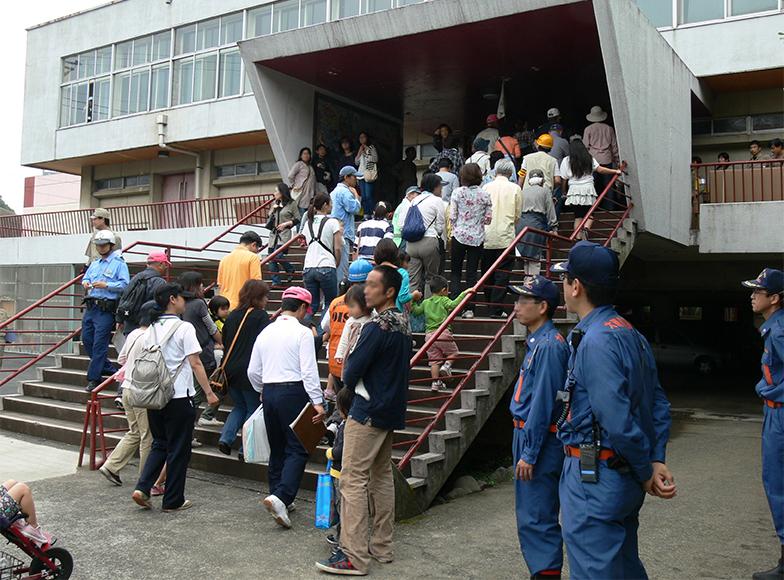 続々と避難場所である体育館に入っていきます。防災訓練開催は2011年(写真提供/大磯町)
