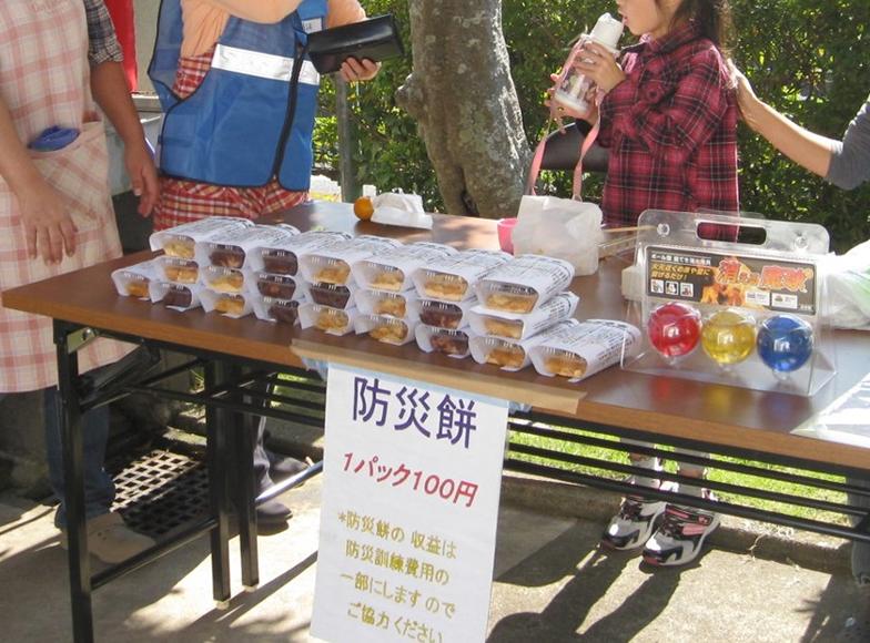 手づくりした餅を「防災餅」と名付けて100円で販売。収益は防災訓練の費用に充当します。上の写真の防災の掲示など、楽しいことと組み合わせて、啓発するのがポイントだそう(写真提供/伊藤勇さん)