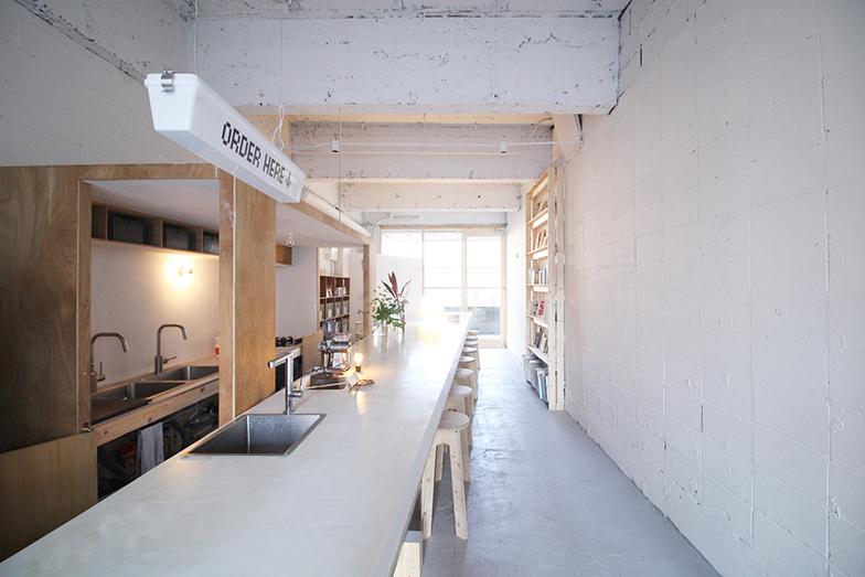 白いカウンターは店内奥にいくほど幅広く設計されていて、打ち合わせにも使いやすいようになっている(写真提供/富士見台トンネル)