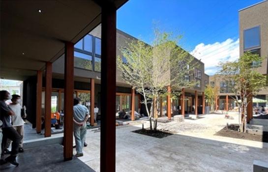 中庭を囲むようにメゾネットの賃貸住宅が13棟建つ(画像提供:ブルースタジオ)