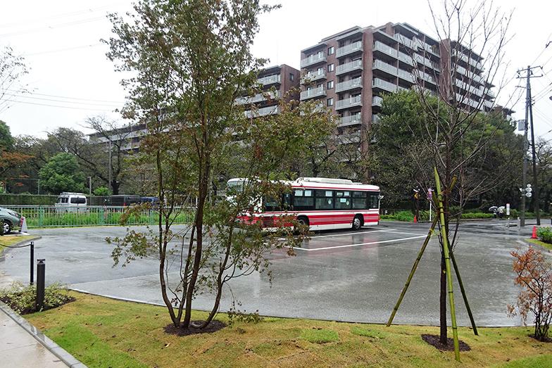 バスの終点として『桜堤上水端「hocco」』が新設され、折返場で待機した後、始発のバス停『団地上水端』に移動する(筆者撮影)